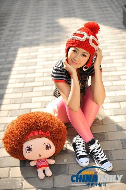 身穿休闲t恤,薄纱小白裙,粉色贴身裤,再配上身边一个可爱的小娃娃