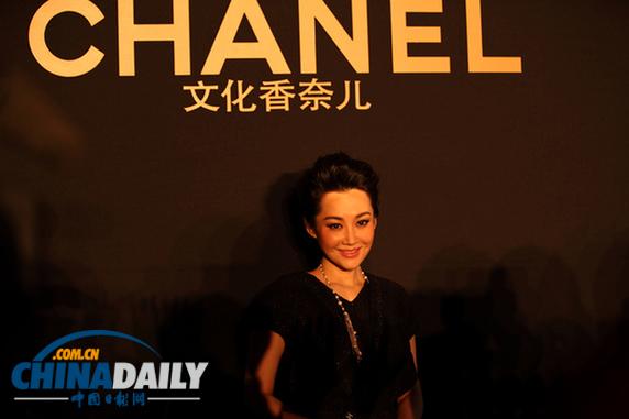 1月14日, 作为Chanel高级定制华人明星第一人的许晴受邀出席在上海开幕的《文化香奈儿》展览。这项展览通过香奈儿女士的设计、经典标志象征物、文字以及艺术创作来解析香奈儿女士的精神世界。 许晴身着Chanel本季最新款黑色小礼服亮相,一出场便变成了媒体关注的焦点。几何立体花纹装饰的套裙搭配长款项链,跟许晴本身低调奢华的感觉非常契合。许晴表示自己非常喜欢这个展览,从一个很微小的饰物就可以看到大师的才华闪光点,看到香奈儿女士对装扮不同风格女性的天赋和穿越时空的远见卓识,更可以与大师进行心灵上的对话