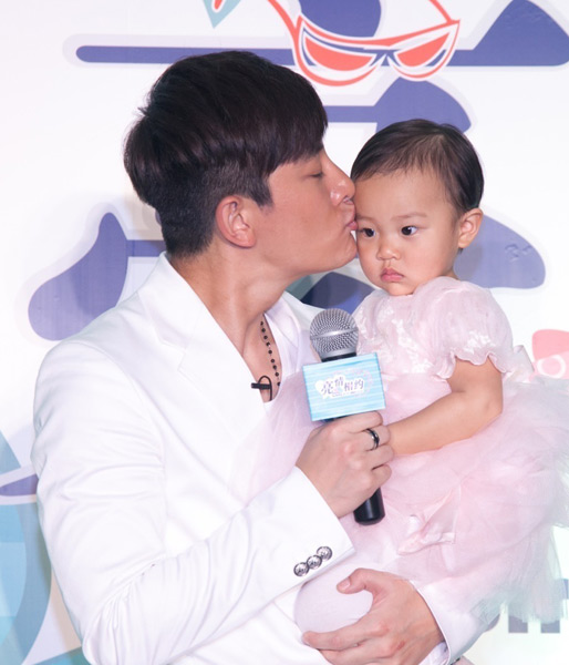 贾乃亮庆生抱女儿出镜 容貌超像爸爸-杭州生活
