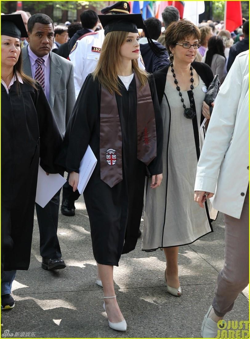 组图:高材生艾玛大学毕业 穿学士服气质美艳