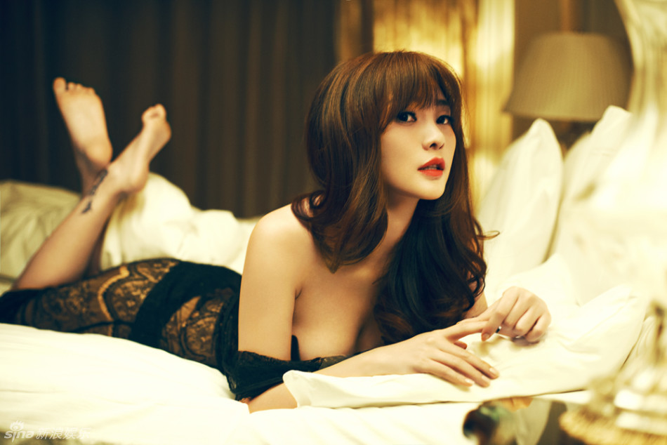 柳岩最新复古性感写真御姐范趴床显魅惑_央广网过女星演性感图片