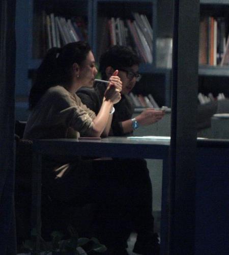我不知会遇见你_李宇春张柏芝抽烟照曝光 揭公开犯烟瘾的明星[19]- 中国日报网