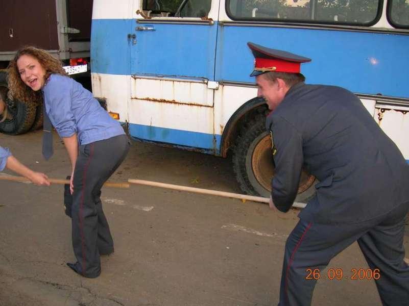 一男拥二女:俄罗斯警校美女真开放 中国日报