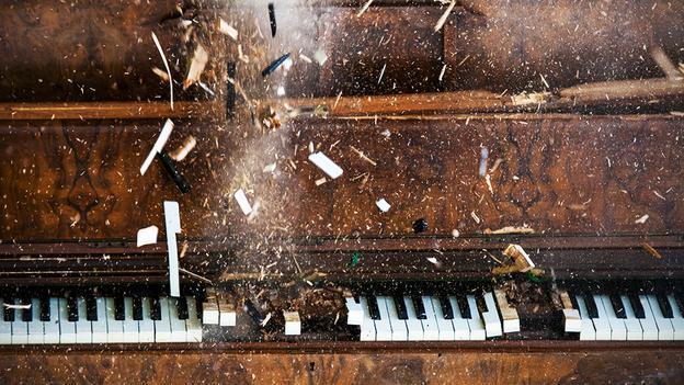 古典音乐享有一流的声誉,但争议和丑闻比比皆是。克莱蒙丝伯顿希尔(ClemencyBurton-Hill)为你挑选了其中一些最受争议的人物。 这简直就是谋杀,一位21岁的作曲家乔纳斯特安(JonasTarm)表示了自己的不满。他的获奖作品《MarchtoOblivion》原定于由纽约青年交响乐团(NewYorkYouthSymphony)在卡内基音乐厅(CarnegieHall)演