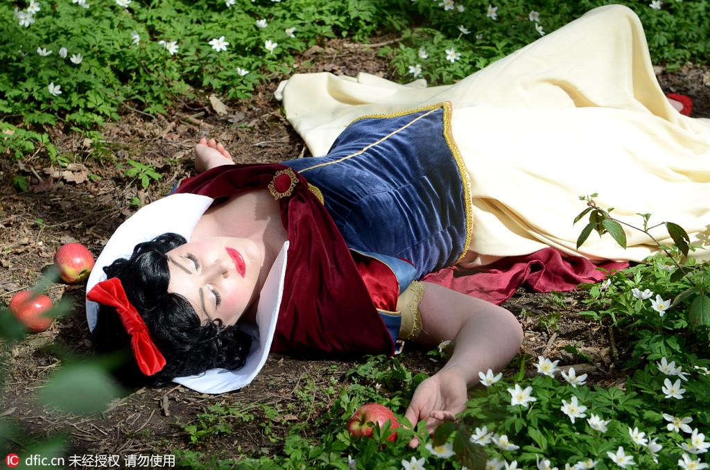 英国女兵痴迷迪斯尼童话 cos成各种小公主