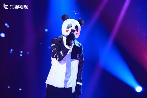 9月18日晚20点30分,第二季《蒙面歌王》更名为《蒙面唱将猜猜猜》正式在乐视视频全网独家开播。新一季节目不仅赛制升级,就连面具也是武装到牙齿,更加大了猜测的难度。即使这样,一些歌手极具辨识度的嗓音也逃不过观众凌厉的耳朵,首期变身熊猫人的林宥嘉,开嗓就被认出,虽然蒙面,但是声音却不蒙尘,藏不住的林宥嘉成为《蒙面唱将猜猜猜》舞台上,首位揭面的歌手。 帮我消消黑眼圈唱响《成全》,面具藏不住迷幻王子林宥嘉 首对登场的唱将歌手帮我消消黑眼圈和圣诞老人不在家的驯鹿,两人合唱的一曲《舞娘》也把现场气氛带入