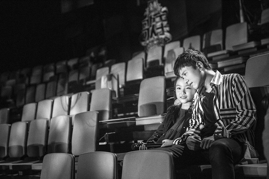 本周六(4月15日)晚22:00,湖南卫视2017全新音乐节目《歌手》终于迎来收官之战。面对终极一役,8组歌手纷纷亮出大招,不但各自请到圈中好友作为帮唱嘉宾来到现场助阵,更在编曲和选曲等方面展现十足功力。 面对众星云集,张杰此次邀请到的帮唱嘉宾刘润潼显得有些特别。这位小歌手今年刚满10岁,但却具有天赋的好乐感。特别是她柔美如月光的音色具有着温暖人心的力量。在谈及为何会决定在总决赛上选择和刘润潼合唱时,张杰也禁不住夸赞这个小女孩的天籁童声:第一次听到朵朵(刘润潼的乳名)的声音时我就被打动,干净纯洁的那种