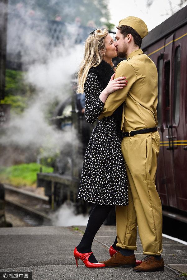 英国小镇办复古趴 情侣拥吻展示战争岁月另类爱情