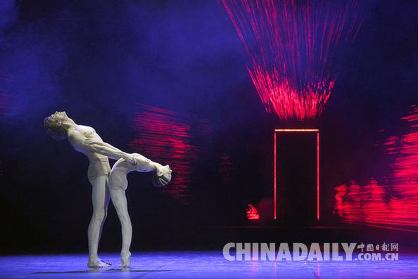 """德国芭蕾舞剧《浮士德II》在京上演 """"牙签夫妇""""演绎歌德名著获满场喝彩"""