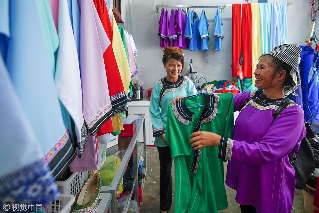 民族服饰吸引客商 传统服饰技艺助民增收