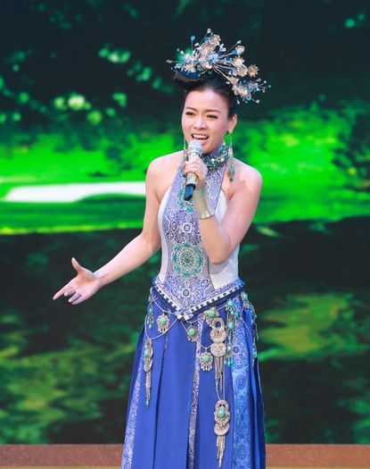 陈思思香港红磡放歌 多位重量级明星捧场