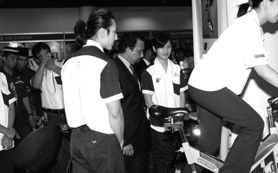 吴尊 林丽莹/林丽莹(右)2003年以女主人之姿和吴尊(左)一起在文莱健身房接待...