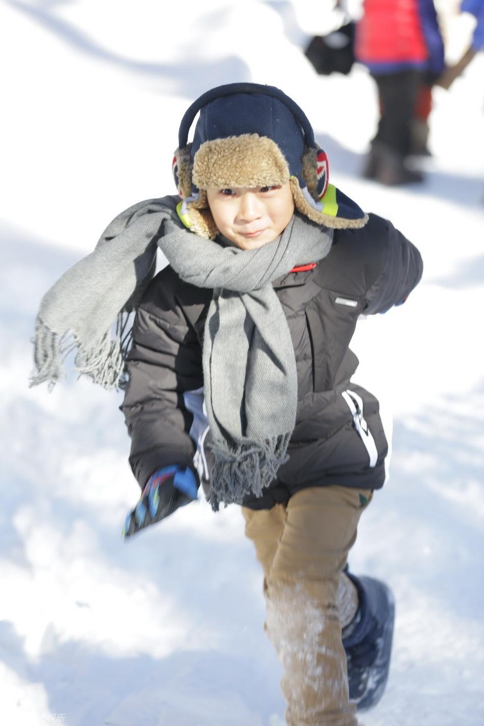 爸爸去哪儿之雪乡下_《爸爸去哪》爸爸冰天雪地劈木头 萌娃做雪橇开心[33]- 时尚中国