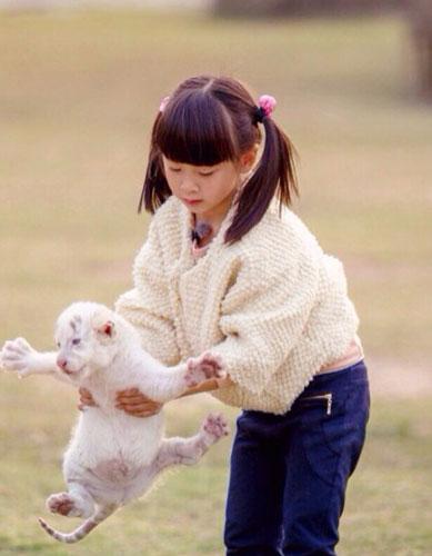 cindy轻松抱大肥猫 田亮:对动物要一视同仁 12