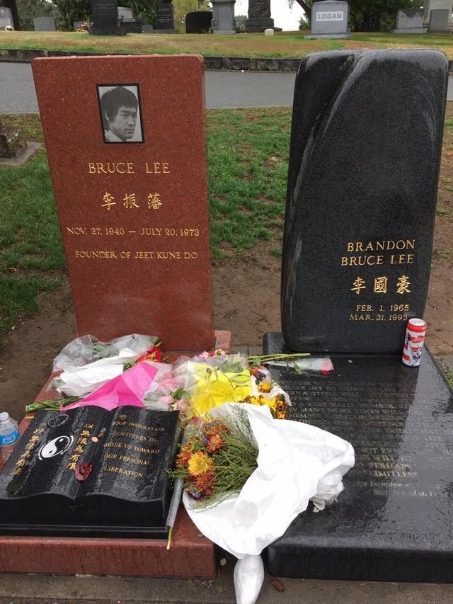 李小龙死后坟墓葬在了哪里?他的墓碑旁埋葬的男人是谁?